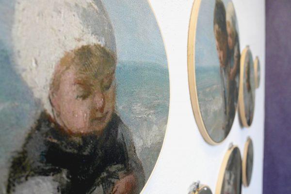 Detail van kinderen der zee met paarse muur op de achtergrond