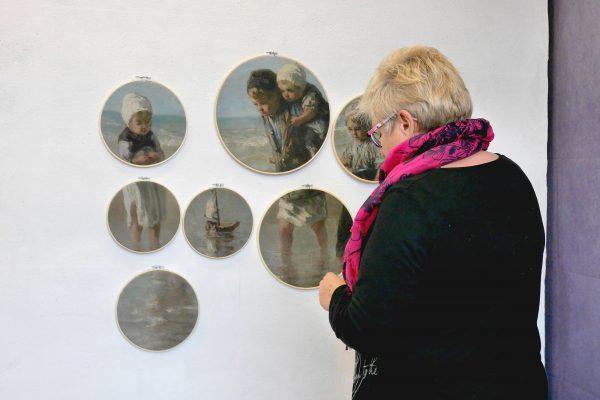 Lilian voor het schilderij Kinderen der zee X
