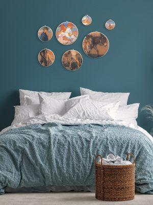 Zo kan het schilderij Ezeltje rijden langs het strand eruit zien in een landelijk, blauwe slaapkamer